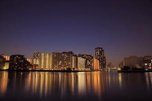 豊洲運河とマンション群の夜景の写真素材 [FYI01479824]