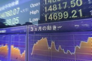 株価と証券の電光掲示板の写真素材 [FYI01479873]