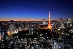富士山と東京の夜景の写真素材 [FYI01479940]