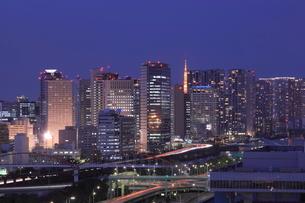東京タワーと天王洲の夜景の写真素材 [FYI01480003]