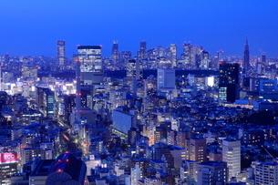 恵比寿から渋谷新宿方面の夜景の写真素材 [FYI01480028]