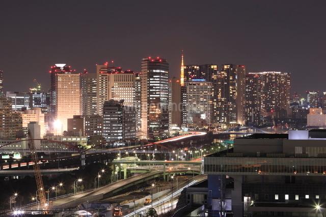 東京タワーと品川の高層ビルの夜景の写真素材 [FYI01480062]