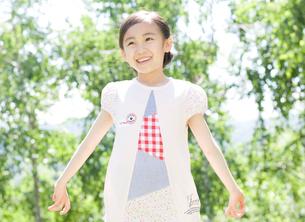 新緑の中の女の子の写真素材 [FYI01480063]