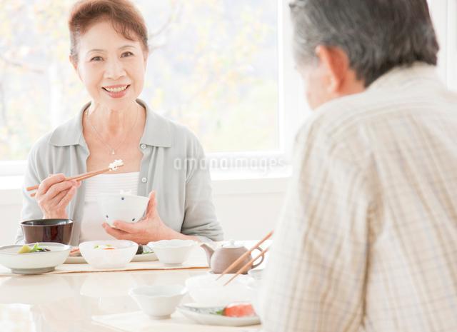 食事を楽しむ60代の夫婦の写真素材 [FYI01480074]
