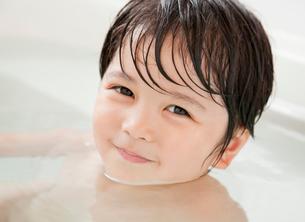 お風呂に入る男の子の写真素材 [FYI01480079]