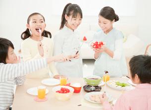 チョコレートフォンデュを楽しむ小学生の写真素材 [FYI01480083]