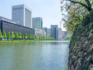 皇居のお堀と丸の内ビル街の写真素材 [FYI01480116]