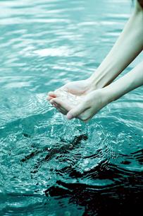 水をすくう女性の手の写真素材 [FYI01480134]