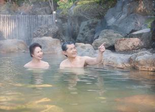 露天風呂に入る60代の夫婦の写真素材 [FYI01480142]