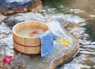 秋の露天風呂の温泉イメージの写真素材 [FYI01480186]