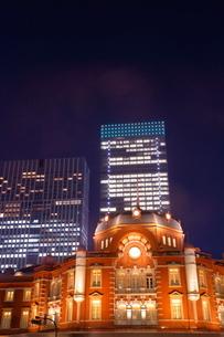 東京駅と高層ビルの夜景の写真素材 [FYI01480244]