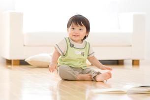 床に座って笑う赤ちゃんの写真素材 [FYI01480260]