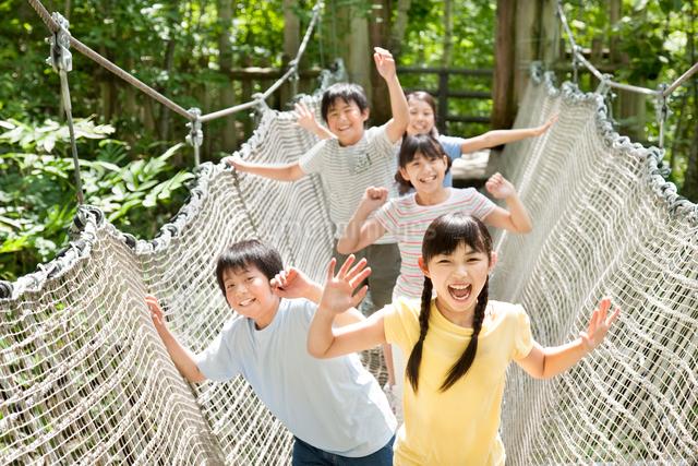 遊具で遊ぶ5人の小学生の写真素材 [FYI01480272]
