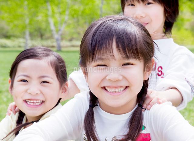 新緑の中で笑う子どもたちの写真素材 [FYI01480273]