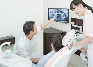 レントゲンを説明する歯科医師と歯科助手の写真素材 [FYI01480292]