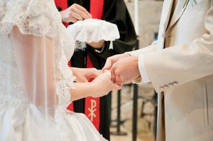 結婚式の新郎新婦 指輪交換の写真素材 [FYI01480293]