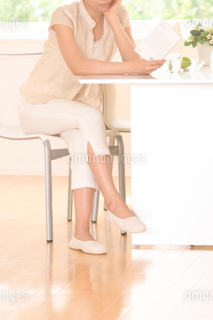 室内で本を読む女性の写真素材 [FYI01480304]