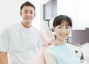 歯科医師と患者の女性の写真素材 [FYI01480336]
