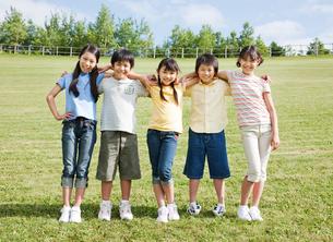 肩を組む5人の小学生の男の子と女の子の写真素材 [FYI01480339]