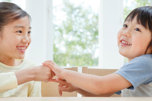 仲のよい女の子と男の子の姉弟の写真素材 [FYI01480341]