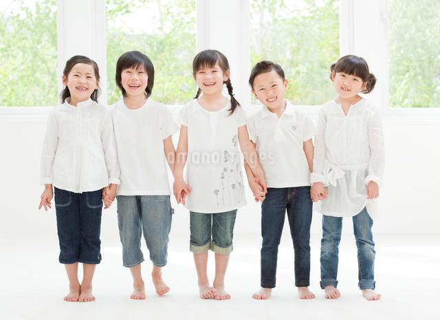 手をつなぐ5人の子供の写真素材 [FYI01480350]