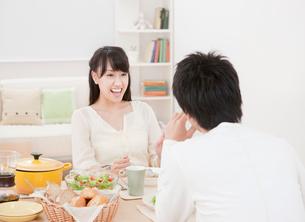 ダイニングテーブルで食事を楽しむ新婚夫婦 ダイニングの写真素材 [FYI01480356]