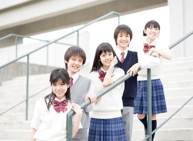 中学生男女5人のポートレートの写真素材 [FYI01480374]