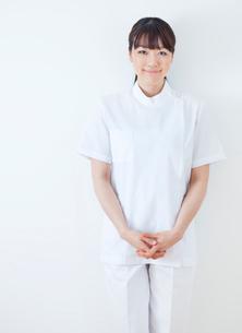 20代の女性看護士のポートレート/白バックの写真素材 [FYI01480381]