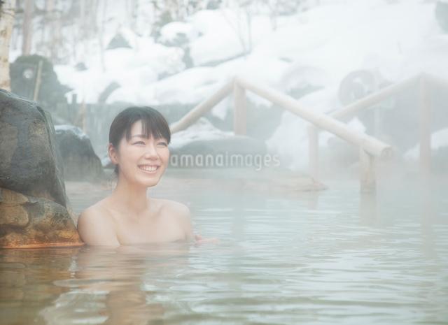 雪と露天風呂に入る20代女性の写真素材 [FYI01480397]