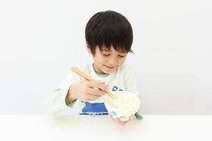 ご飯を食べる6歳の男の子の写真素材 [FYI01480405]