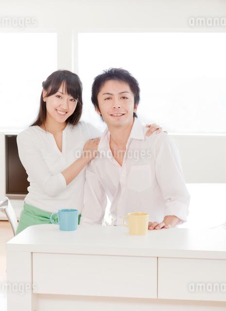 新婚夫婦のポートレート ダイニングキッチンの写真素材 [FYI01480407]