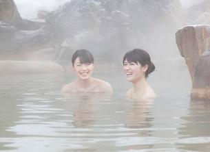 露天風呂に入る2人の20代女性の写真素材 [FYI01480413]