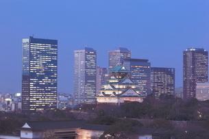 大阪城と大阪ビジネスパークの夜景 OBPの写真素材 [FYI01480417]