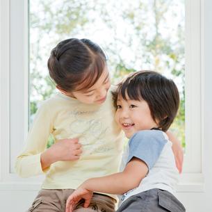 仲のよい女の子と男の子の姉弟の写真素材 [FYI01480420]