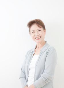 60代女性のポートレートの写真素材 [FYI01480425]