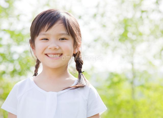 新緑の中に立つ女の子の写真素材 [FYI01480430]