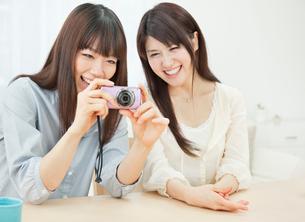 デジタルカメラを見る2人の20代女性の写真素材 [FYI01480431]