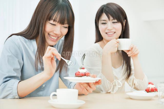 お茶とケーキを楽しむ2人の20代女性の写真素材 [FYI01480466]