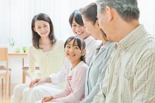 ソファーで団らんする三世代家族の写真素材 [FYI01480472]