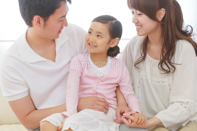 仲の良い家族のポートレートの写真素材 [FYI01480485]