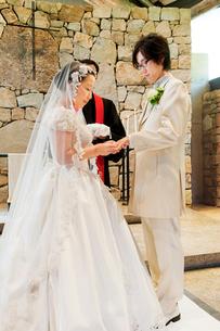 結婚式の新郎新婦 指輪交換の写真素材 [FYI01480492]