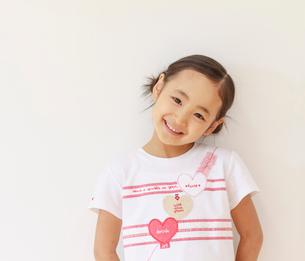 6歳の女の子のポートレートの写真素材 [FYI01480494]