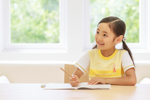 勉強する6歳の女の子の写真素材 [FYI01480497]