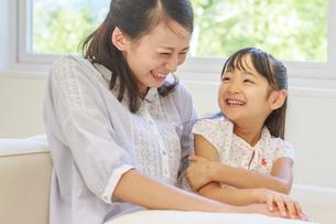 ソファーで談笑する母子の写真素材 [FYI01480499]