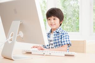 パソコンを操作する男の子の写真素材 [FYI01480513]