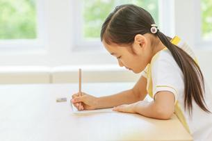 勉強する6歳の女の子の写真素材 [FYI01480525]