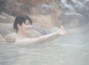露天風呂に入る20代女性の写真素材 [FYI01480550]