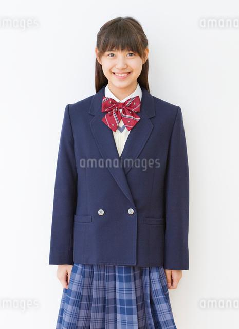 制服(ブレザー)を着る女子中学生のポートレートの写真素材 [FYI01480552]