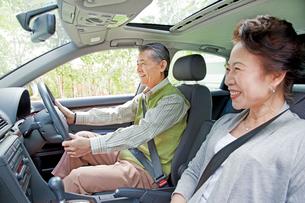 ドライブを楽しむシニア夫婦の写真素材 [FYI01480555]