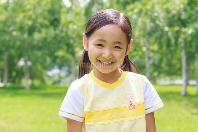 新緑の中の6歳の女の子/ポートレートの写真素材 [FYI01480558]